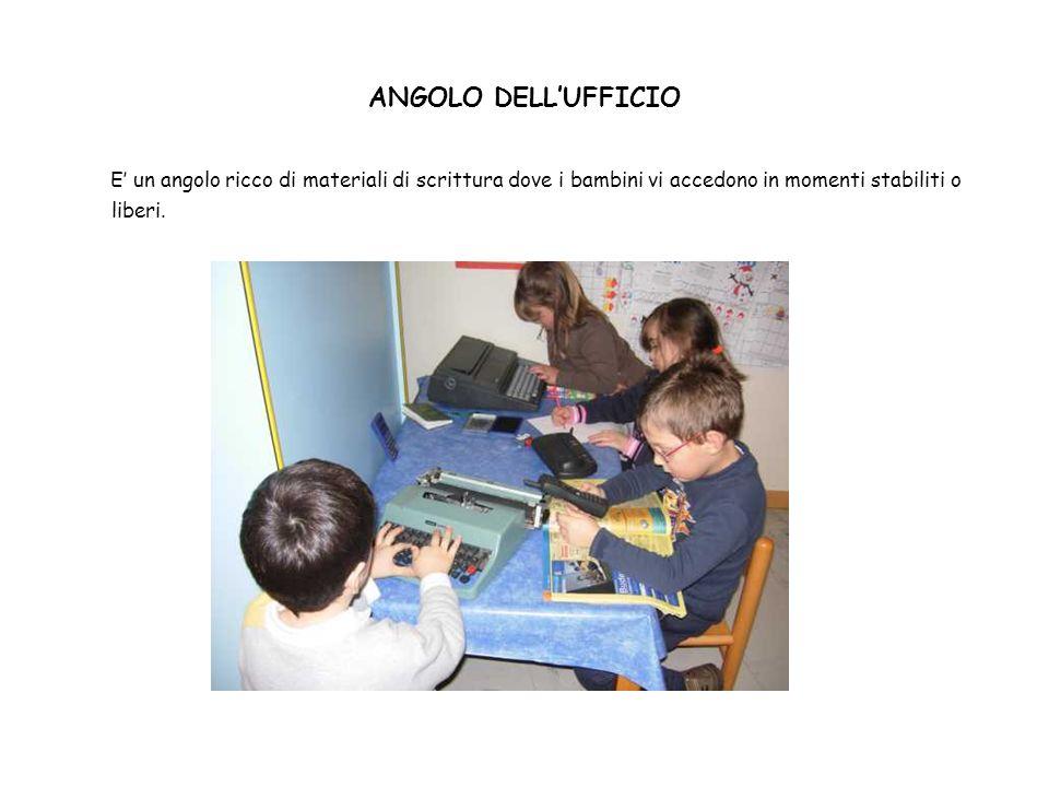 ANGOLO DELLUFFICIO E un angolo ricco di materiali di scrittura dove i bambini vi accedono in momenti stabiliti o liberi.