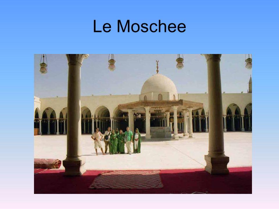 I luoghi di culto islamici sono le moschee affiancate dai minareti dove i muezzin salgono per scandire il loro richiamo.
