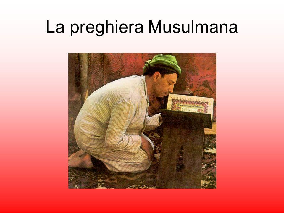 I fedeli pregano abitualmente cinque volte al giorno, ovunque si trovino, prosternati su un tappeto in direzione della Mecca.