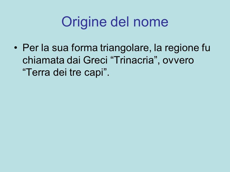 La cucina siciliana La cucina siciliana risente dellinfluenza delle varie dominazioni; ad esempio i tipici frutti di pasta di mandorla sono stati realizzati dai cuochi arabi.