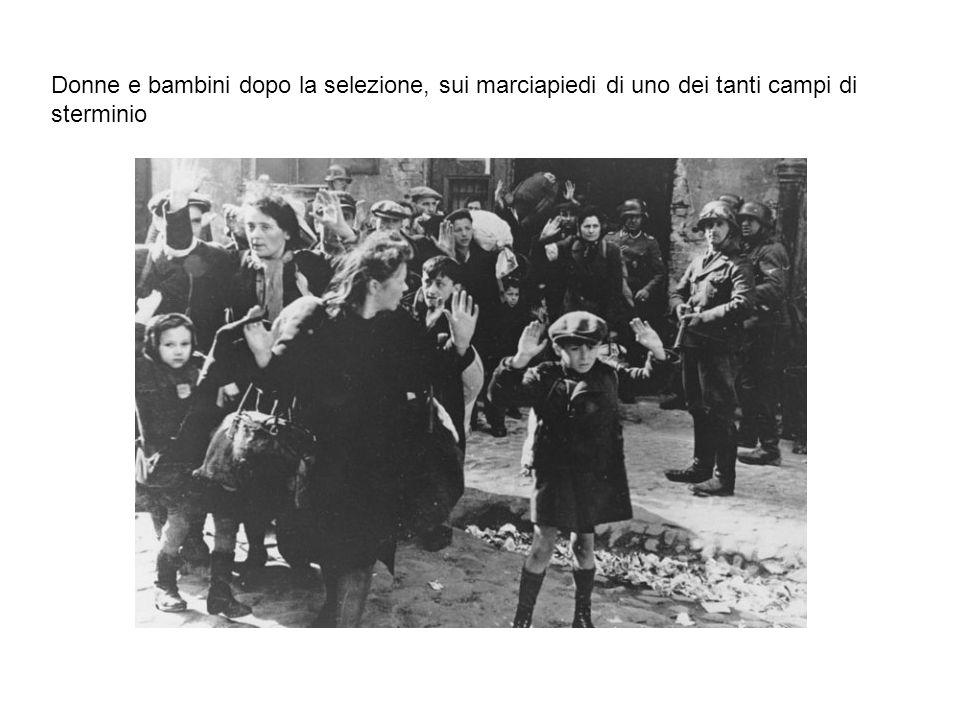 Donne e bambini dopo la selezione, sui marciapiedi di uno dei tanti campi di sterminio