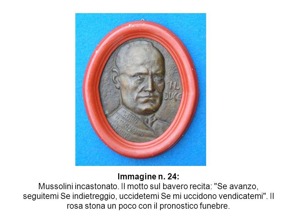 Immagine n. 24: Mussolini incastonato. Il motto sul bavero recita: