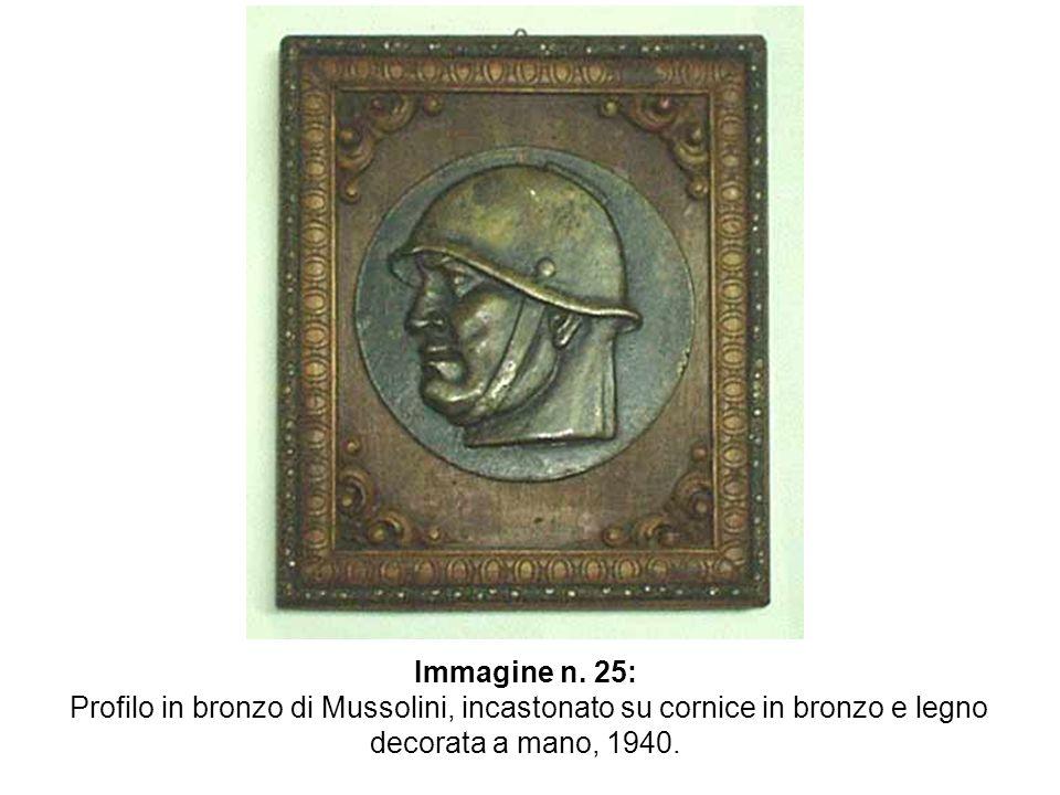 Immagine n. 25: Profilo in bronzo di Mussolini, incastonato su cornice in bronzo e legno decorata a mano, 1940.