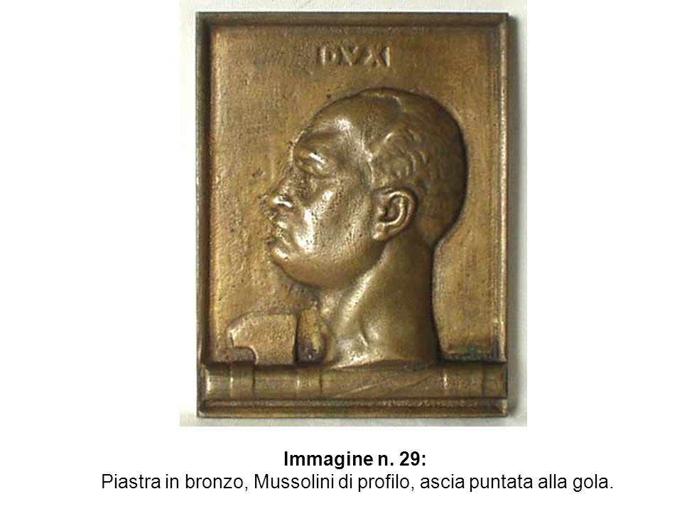 Immagine n. 29: Piastra in bronzo, Mussolini di profilo, ascia puntata alla gola.