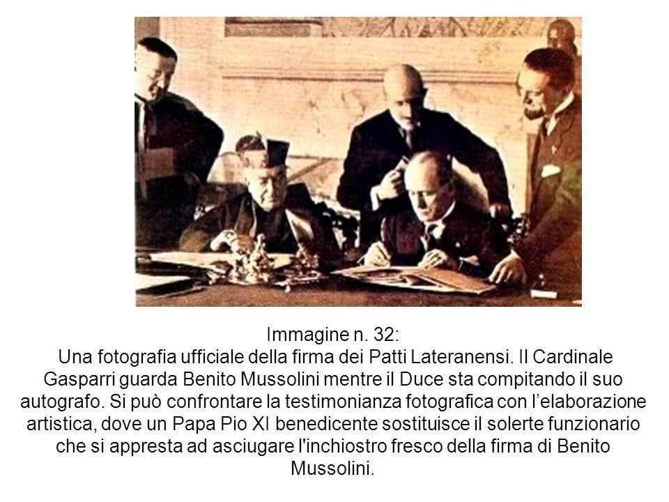 Immagine n. 32: Una fotografia ufficiale della firma dei Patti Lateranensi. Il Cardinale Gasparri guarda Benito Mussolini mentre il Duce sta compitand
