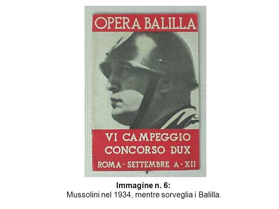 Immagine n. 6: Mussolini nel 1934, mentre sorveglia i Balilla.
