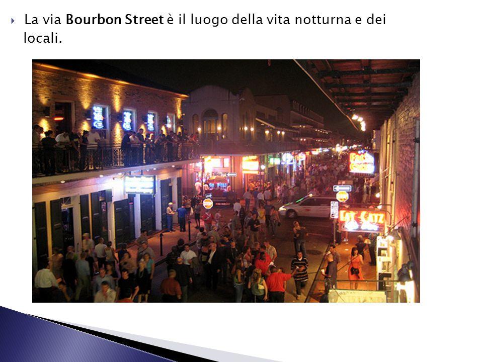 La via Bourbon Street è il luogo della vita notturna e dei locali.