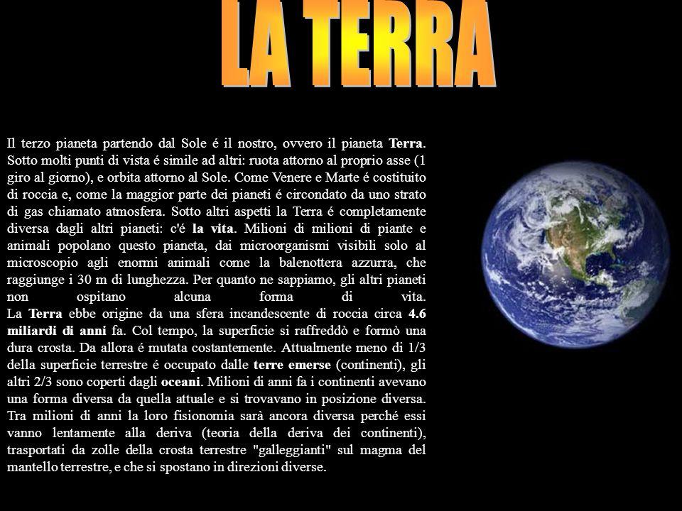 LA TERRA Il terzo pianeta partendo dal Sole é il nostro, ovvero il pianeta Terra. Sotto molti punti di vista é simile ad altri: ruota attorno al propr