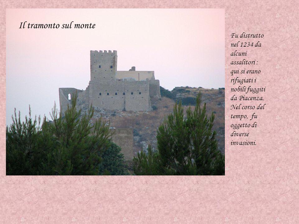 Il tramonto sul monte Fu distrutto nel 1234 da alcuni assalitori : qui si erano rifugiati i nobili fuggiti da Piacenza. Nel corso del tempo, fu oggett