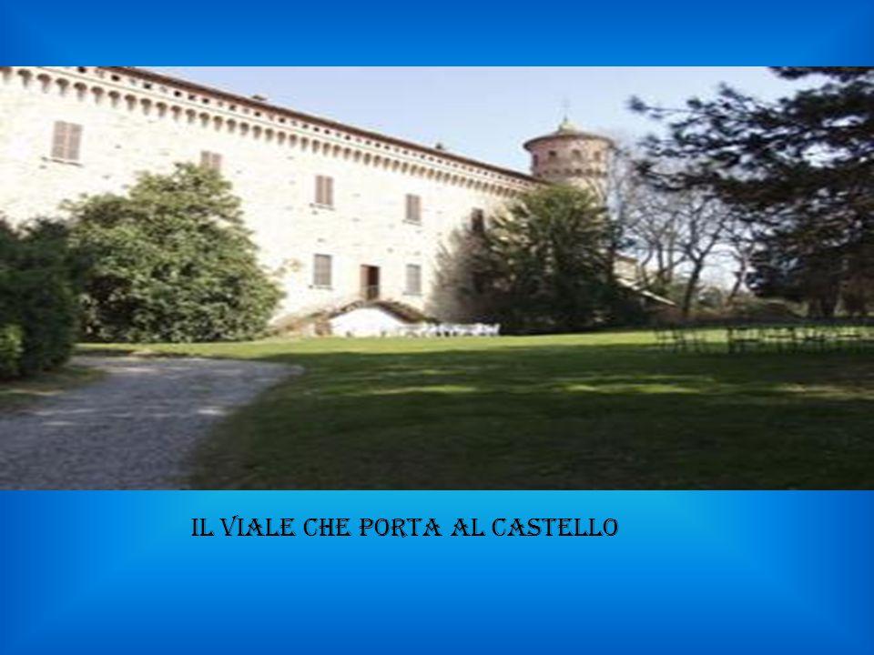 il viale che porta al castello