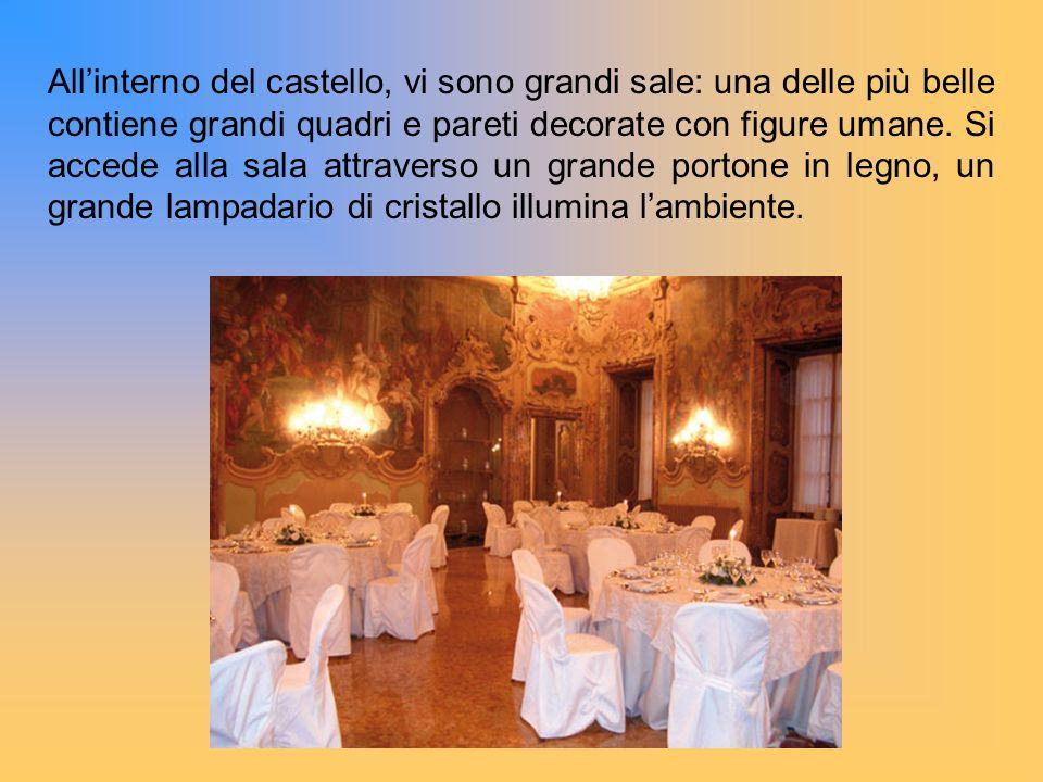 Allinterno del castello, vi sono grandi sale: una delle più belle contiene grandi quadri e pareti decorate con figure umane. Si accede alla sala attra