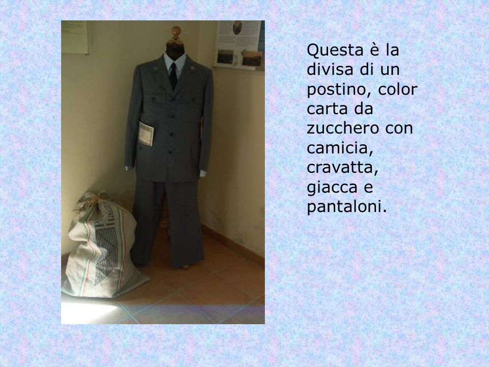 Questa è la divisa di un postino, color carta da zucchero con camicia, cravatta, giacca e pantaloni.