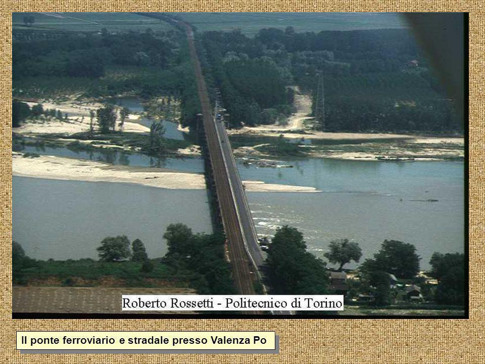 1-36 Il ponte ferroviario e stradale presso Valenza Po