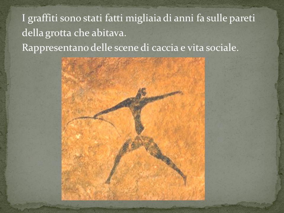 I graffiti sono stati fatti migliaia di anni fa sulle pareti della grotta che abitava. Rappresentano delle scene di caccia e vita sociale.