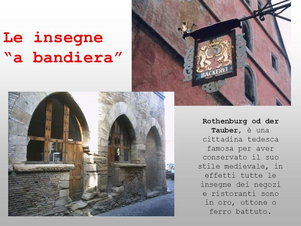 Rothenburg od der Tauber, è una cittadina tedesca famosa per aver conservato il suo stile medievale, in effetti tutte le insegne dei negozi e ristoran