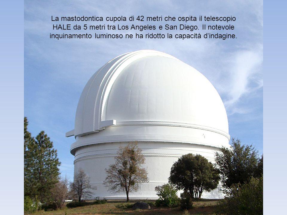 La mastodontica cupola di 42 metri che ospita il telescopio HALE da 5 metri tra Los Angeles e San Diego. Il notevole inquinamento luminoso ne ha ridot