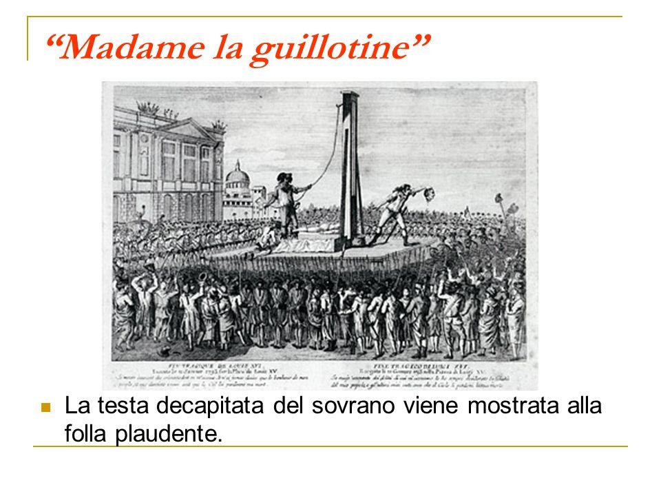 Madame la guillotine La testa decapitata del sovrano viene mostrata alla folla plaudente.