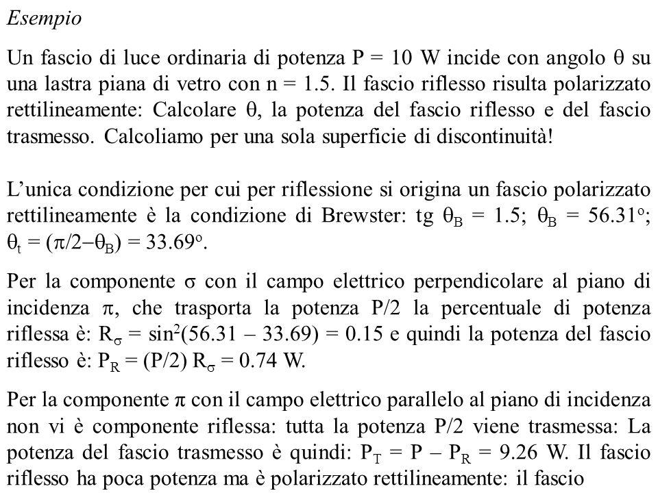 Lunica condizione per cui per riflessione si origina un fascio polarizzato rettilineamente è la condizione di Brewster: tg B = 1.5; B = 56.31 o ; t =