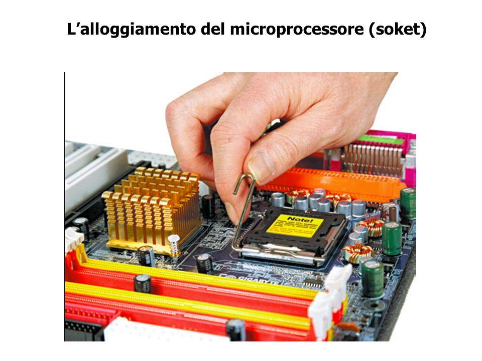 Il processore Un microprocessore è un singolo circuito integrato in grado di effettuare operazioni decisionali, di calcolo o di elaborazione dell'info