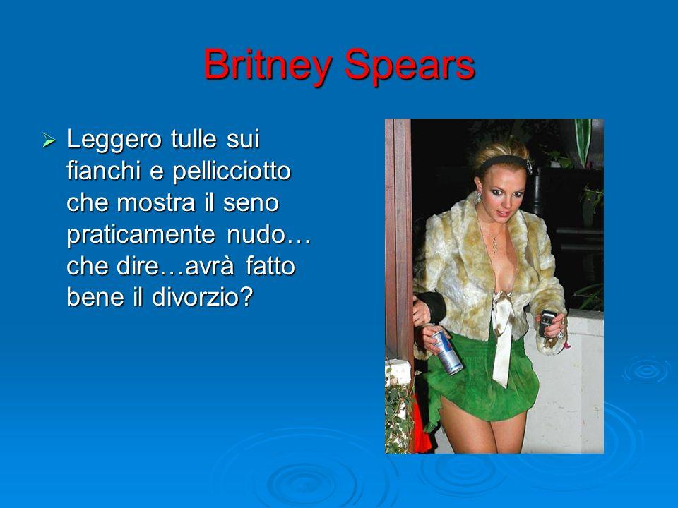 Britney Spears Leggero tulle sui fianchi e pellicciotto che mostra il seno praticamente nudo… che dire…avrà fatto bene il divorzio? Leggero tulle sui