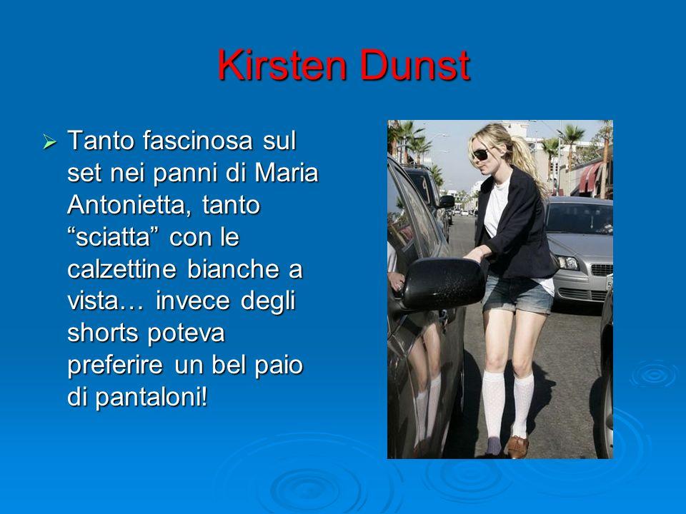 Kirsten Dunst Tanto fascinosa sul set nei panni di Maria Antonietta, tanto sciatta con le calzettine bianche a vista… invece degli shorts poteva prefe