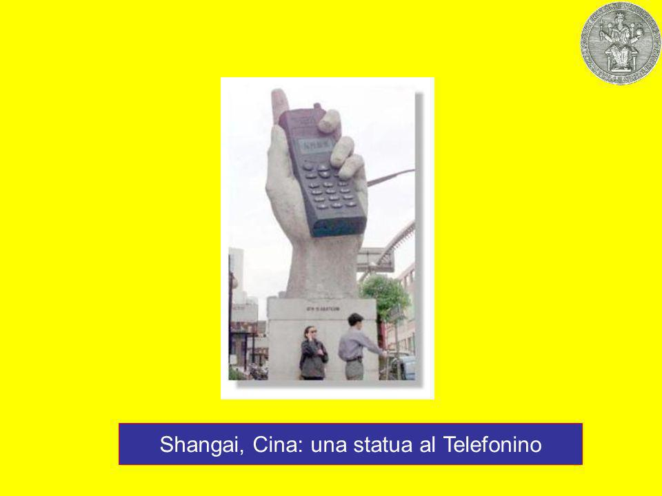 Shangai, Cina: una statua al Telefonino