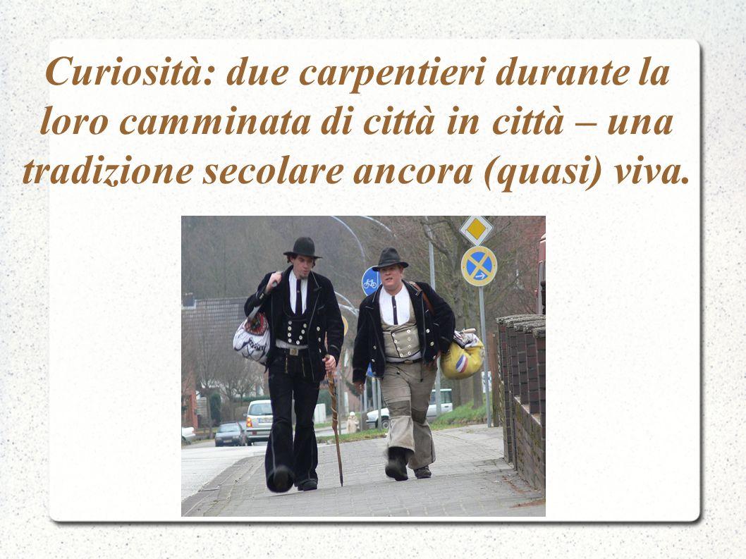 Curiosità: due carpentieri durante la loro camminata di città in città – una tradizione secolare ancora (quasi) viva.