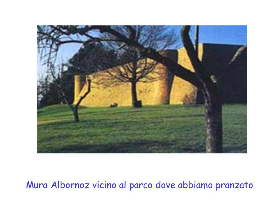 Appena scesi dal pullman, a Urbino, ci siamo incamminati per la fortezza Albornoz, unimponente costruzione sorta su unaltura.