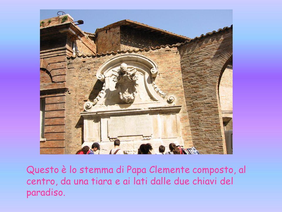 Questa fontana rappresenta lo stemma di Papa Clemente XI che visse nel 1700.