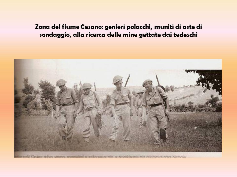 Zona del fiume Cesano: genieri polacchi, muniti di aste di sondaggio, alla ricerca delle mine gettate dai tedeschi