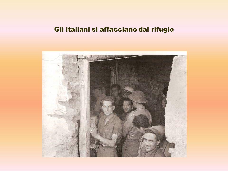 Gli italiani si affacciano dal rifugio
