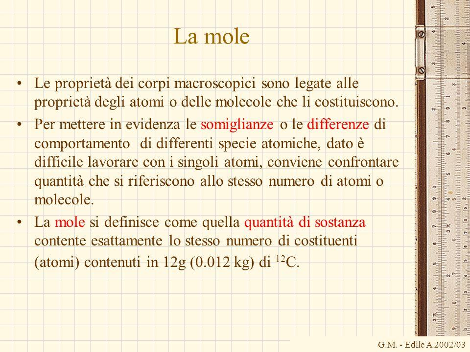 La mole Le proprietà dei corpi macroscopici sono legate alle proprietà degli atomi o delle molecole che li costituiscono. Per mettere in evidenza le s