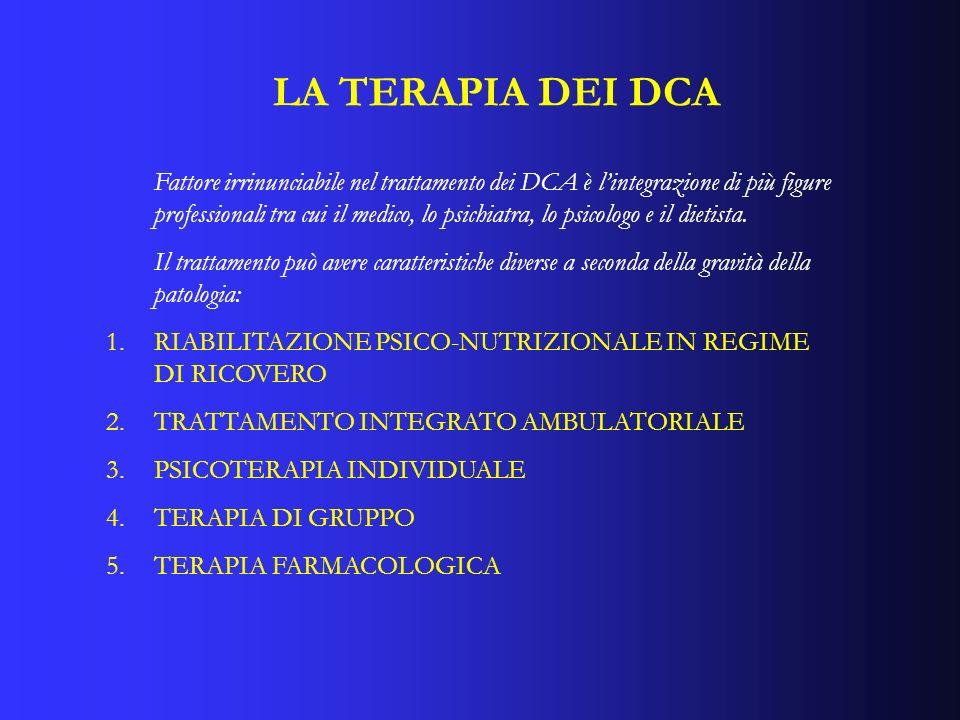 LA TERAPIA DEI DCA Fattore irrinunciabile nel trattamento dei DCA è lintegrazione di più figure professionali tra cui il medico, lo psichiatra, lo psi