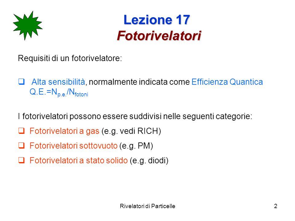 Rivelatori di Particelle13 Lezione 17 Fotorivelatori Lo stadio di moltiplicazione Lo stadio di moltiplicazione amplifica la debole corrente di elettroni prodotta dal fotocatodo, tramite una serie di elettrodi (dinodi) in modo da produrre una corrente misurabile allanodo.