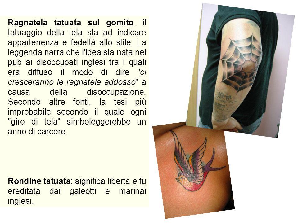 Ragnatela tatuata sul gomito: il tatuaggio della tela sta ad indicare appartenenza e fedeltà allo stile. La leggenda narra che l'idea sia nata nei pub