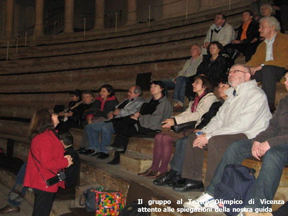Il gruppo al Teatro Olimpico di Vicenza attento alle spiegazioni della nostra guida
