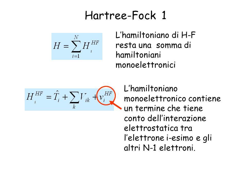 Hartree-Fock 1 Lhamiltoniano di H-F resta una somma di hamiltoniani monoelettronici Lhamiltoniano monoelettronico contiene un termine che tiene conto