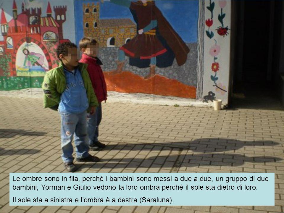 Le ombre sono in fila, perché i bambini sono messi a due a due, un gruppo di due bambini, Yorman e Giulio vedono la loro ombra perché il sole sta diet