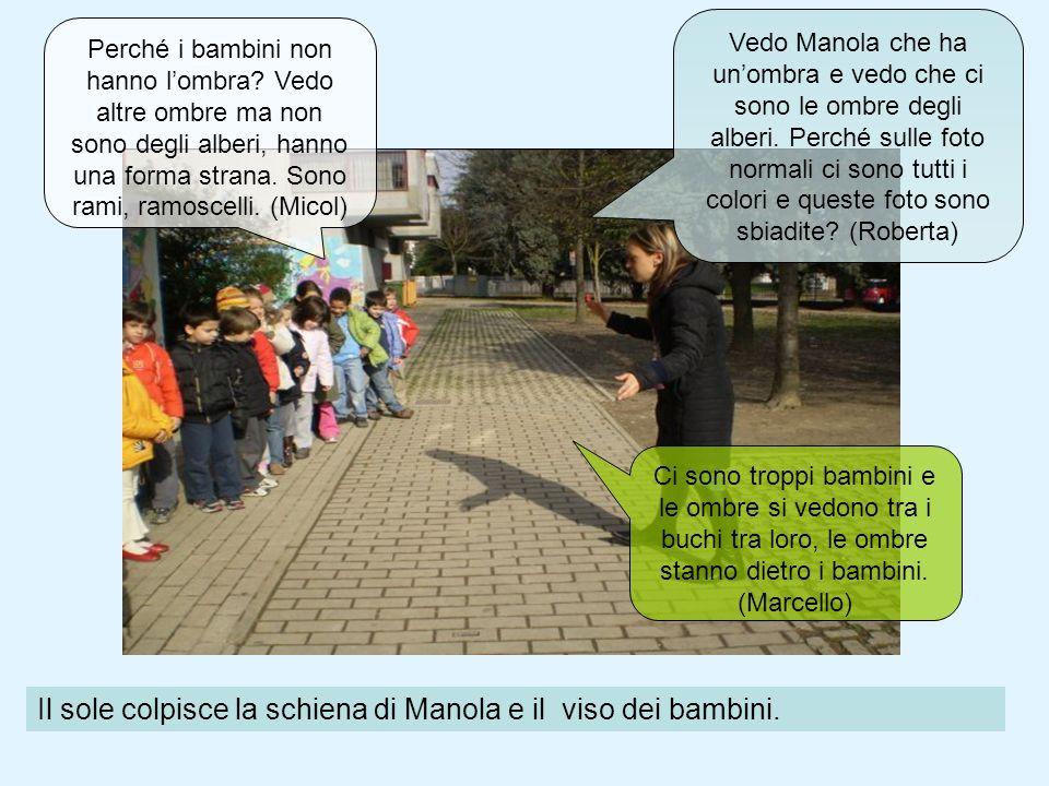 Il sole colpisce la schiena di Manola e il viso dei bambini. Perché i bambini non hanno lombra? Vedo altre ombre ma non sono degli alberi, hanno una f