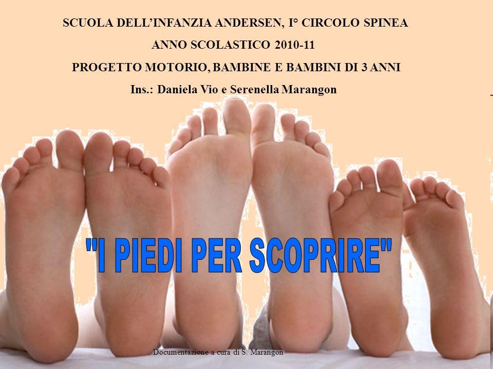 Cecilia:percorso in salone seguendo le impronte dei nostri piedi Eleonora: le impronte … io sono sopra le panchine perché li si pestavano le impronte … il materasso Giada: i piedi … il bambino che fa il percorso … le impronte dei piedi sul materasso