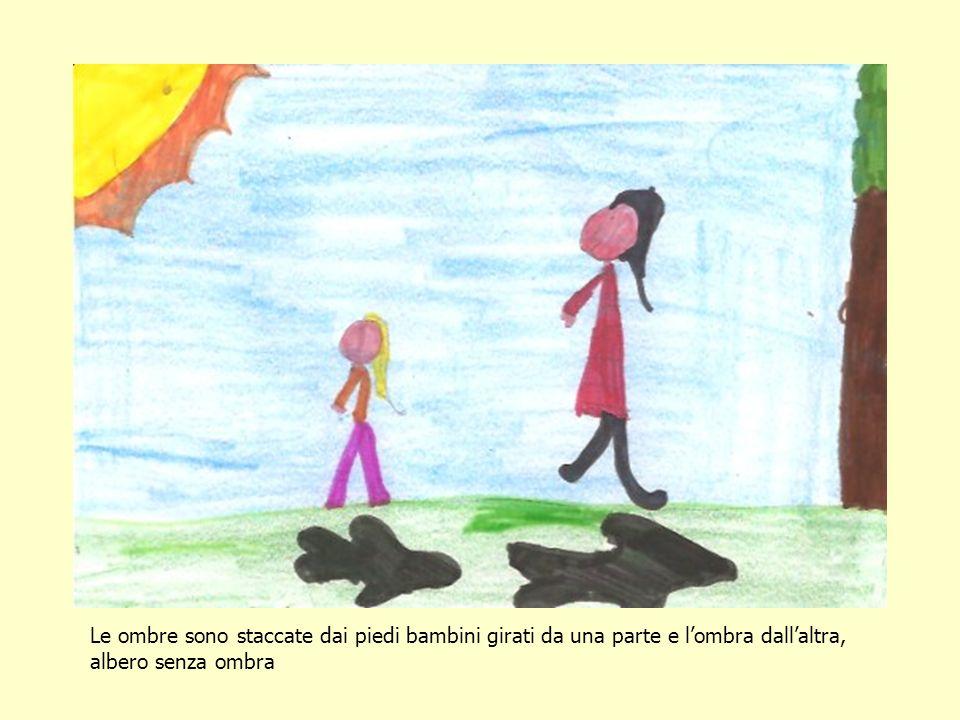 Le ombre sono staccate dai piedi bambini girati da una parte e lombra dallaltra, albero senza ombra