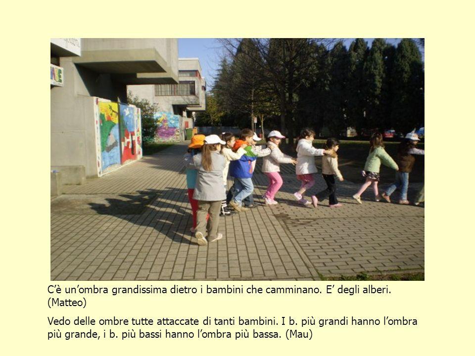 Cè unombra grandissima dietro i bambini che camminano.