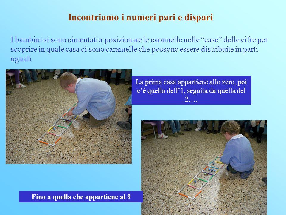 Incontriamo i numeri pari e dispari I bambini si sono cimentati a posizionare le caramelle nelle case delle cifre per scoprire in quale casa ci sono caramelle che possono essere distribuite in parti uguali.