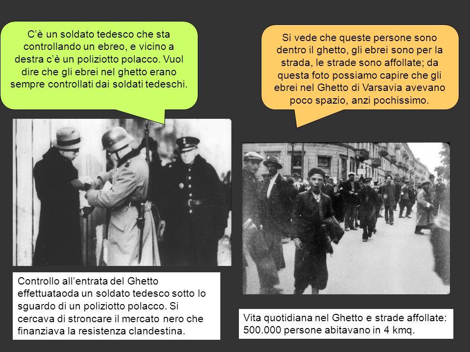 Controllo allentrata del Ghetto effettuataoda un soldato tedesco sotto lo sguardo di un poliziotto polacco. Si cercava di stroncare il mercato nero ch