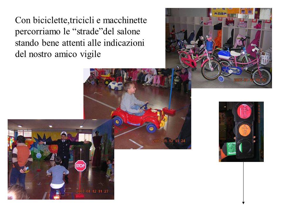 Con biciclette,tricicli e macchinette percorriamo le stradedel salone stando bene attenti alle indicazioni del nostro amico vigile