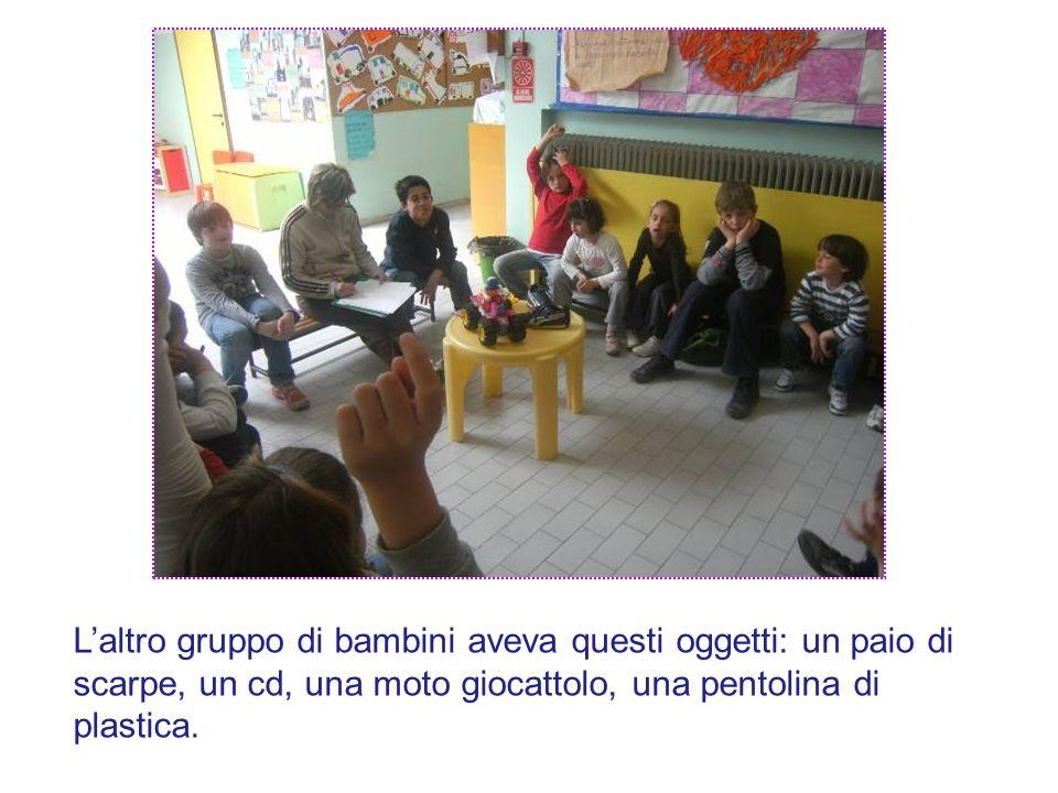 Laltro gruppo di bambini aveva questi oggetti: un paio di scarpe, un cd, una moto giocattolo, una pentolina di plastica.