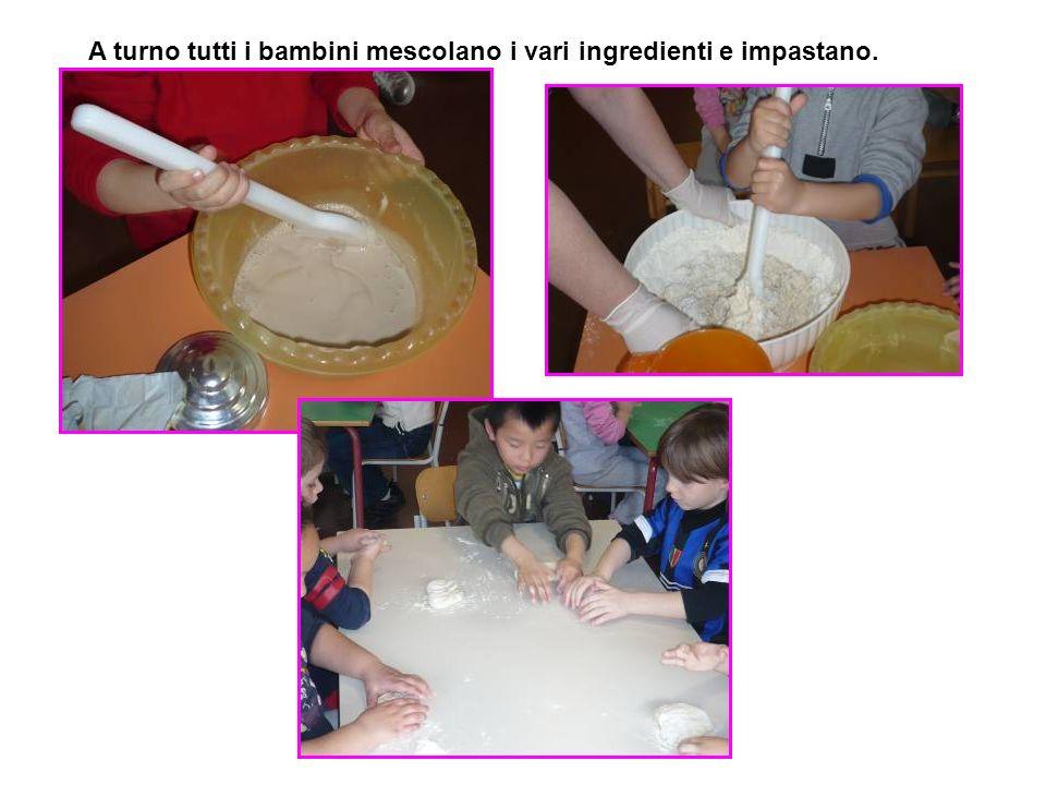 A turno tutti i bambini mescolano i vari ingredienti e impastano.