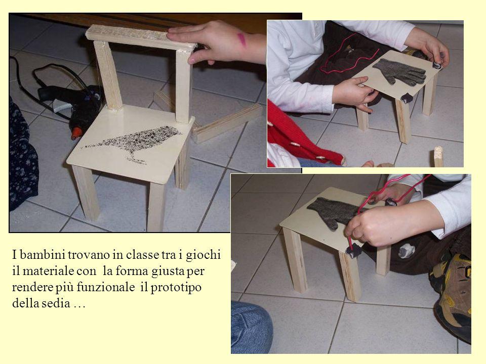 I bambini trovano in classe tra i giochi il materiale con la forma giusta per rendere più funzionale il prototipo della sedia …