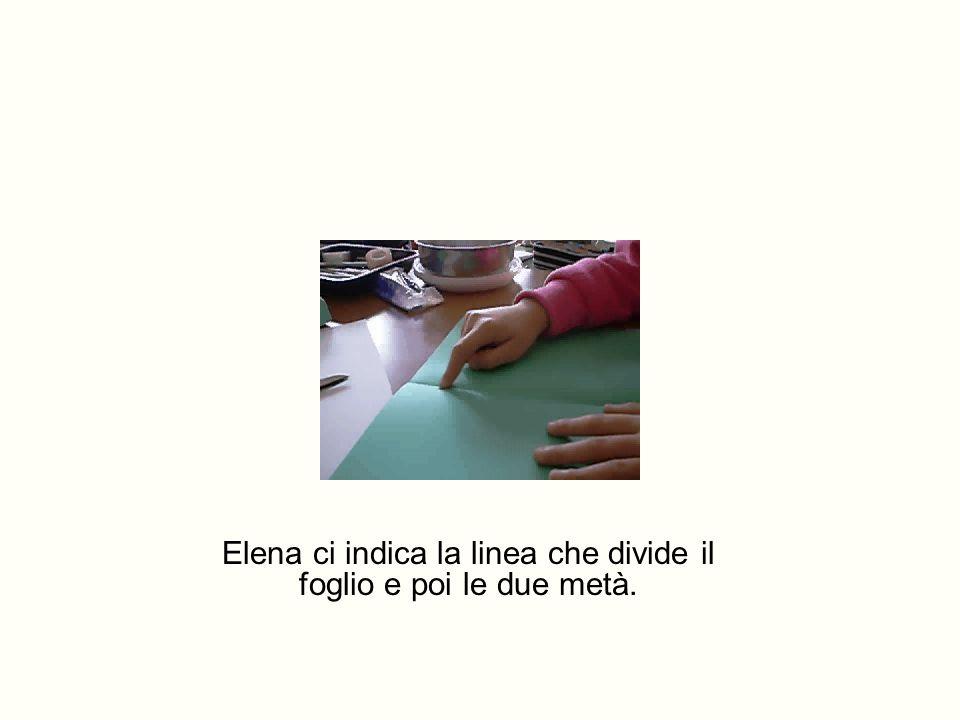 Elena ci indica la linea che divide il foglio e poi le due metà.
