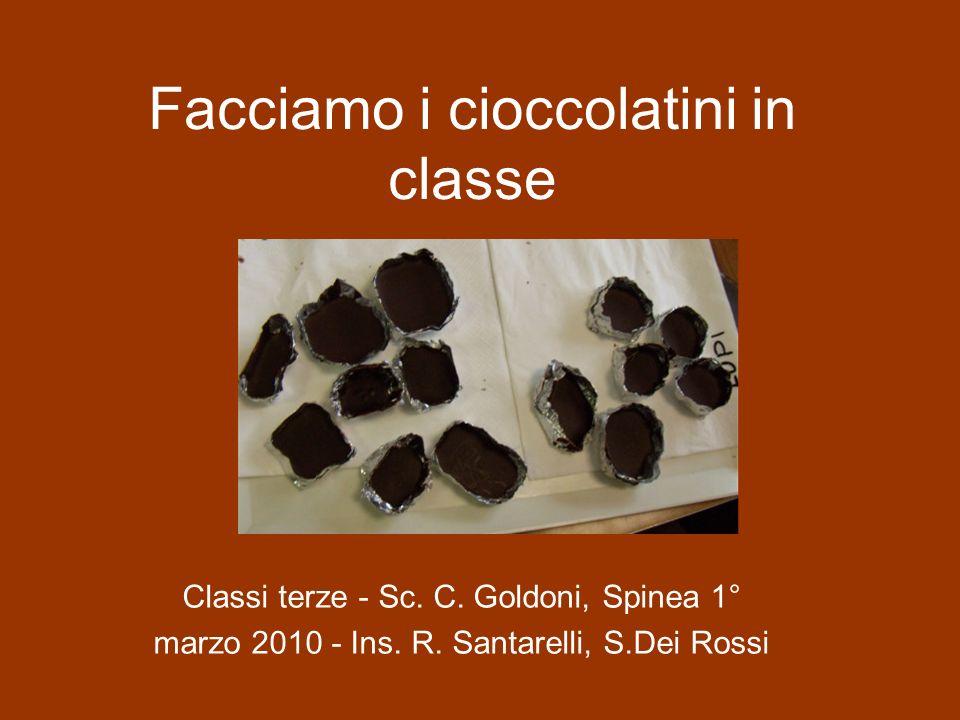 Facciamo i cioccolatini in classe I bambini vengono divisi in sei gruppi, ad ogni gruppo vengono distribuiti pezzetti di cioccolato fondente, della carta stagnola da modellare per ottenere gli stampini, un fornellino a candela, una tazza di terracotta, un termometro.